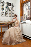 Платье девушки сидя silk Стоковые Фотографии RF