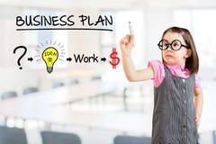 Платье дела милой маленькой девочки нося и рисовать план стратегии для того чтобы быть успешный в его деле Предпосылка офиса стоковое изображение
