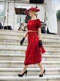 Платье женщины винтажное, модный парад Стоковые Фото