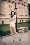 Платье женщины моды вскользь с белыми шортами Стоковая Фотография