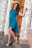 Платье и ботинки брюнет нося стоковая фотография rf