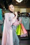 Платье и хозяйственные сумки удерживания девушки битника в бутике, концепции одежд ходя по магазинам Стоковое Изображение
