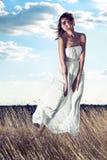 Платье красивого witn девушки белое наслаждаясь природой Стоковое Фото