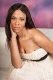Платье красивой сексуальной Афро-американской чернокожей женщины нося белое Стоковое Изображение