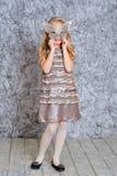Платье моды девушки нося и маска Стоковая Фотография