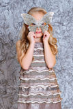 Платье моды девушки нося и маска Стоковое фото RF
