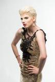 Платье моды красоты женщины длинное, элегантная девушка в мантии золота Стоковое фото RF