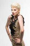 Платье моды красоты женщины длинное, элегантная девушка в мантии золота Стоковое Изображение