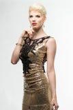 Платье моды красоты женщины длинное, элегантная девушка в мантии золота Стоковые Фотографии RF