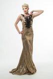 Платье моды красоты женщины длинное, элегантная девушка в мантии золота Стоковые Изображения