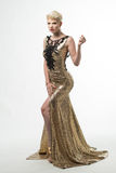 Платье моды красоты женщины длинное, элегантная девушка в мантии золота Стоковые Изображения RF