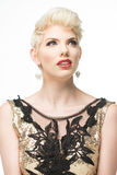Платье моды красоты женщины длинное, элегантная девушка в мантии золота стоковая фотография
