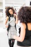 Платье моды покупок женщины Latina в магазине Стоковая Фотография