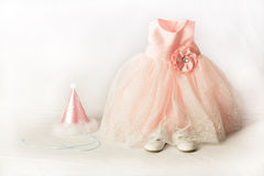 Платье партии малышей розовые, шляпа, и ботинки Стоковые Фотографии RF