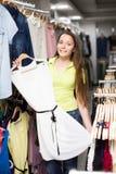 Платье приобретения женщины в магазине одежды Стоковые Изображения RF