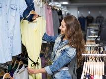 Платье приобретения женщины в магазине одежды Стоковые Изображения