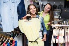 Платье приобретения женщины в магазине одежды Стоковое фото RF