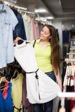 Платье приобретения женщины в магазине одежды Стоковое Изображение