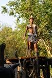 Платье ратника человека Зулуса нося в деревне Lesedi культурной стоковые фотографии rf