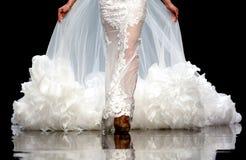 Платье свадьбы взлётно-посадочная дорожка модного парада красивое Стоковое фото RF