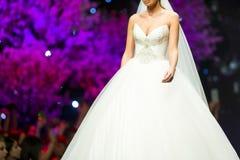 Платье свадьбы взлётно-посадочная дорожка модного парада красивое Стоковые Изображения RF