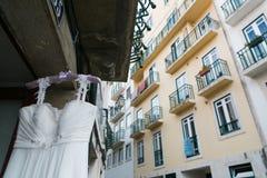 Платье свадьбы в окне дома Стоковое Изображение RF