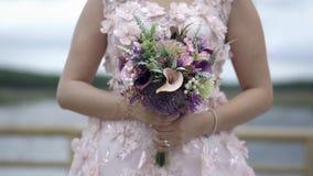 Платье свадьбы с цветками на заходе солнца - замедленном движении видеоматериал