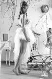 Платье умной белокурой дамы нося белое стоковое изображение rf