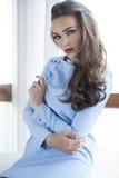 Платье элегантности красивой и сексуальной женщины нося стоковые фотографии rf