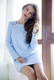 Платье элегантности красивой и сексуальной женщины нося стоковые фото