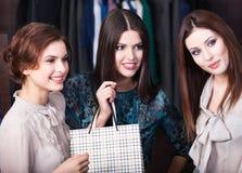 3 девушки в магазине стоковые изображения rf
