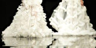 Платья свадьбы взлётно-посадочная дорожка модного парада красивые Стоковые Фотографии RF