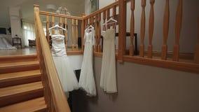 3 платья свадьбы на лестницах сток-видео