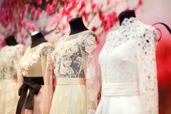 Платья свадьбы на манекены стоковые фотографии rf