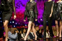 Платья черноты взлётно-посадочная дорожка модного парада красивые Стоковое Изображение