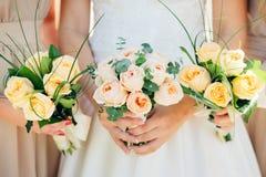 Платья Bridesmaid держат букеты в деревенском стиле Стоковое фото RF