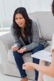 Плача женщина говоря к ее терапевту Стоковая Фотография