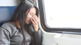 Плача женщина сидя в поезде акции видеоматериалы