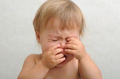 Плача младенец тереть ее глаза Стоковое Изображение RF