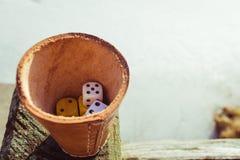 плашка чашки dices Стоковое Изображение