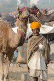 Племенной человек тюрбана на верблюде справедливом, Раджастхане Pushkar, Индии Стоковое Изображение RF