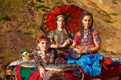 Племенные танцоры. Женщины в этнических костюмах. Стоковое Изображение RF