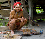 Племя Mentawai человека подготавливает отраву для стрелок для охотиться Стоковая Фотография