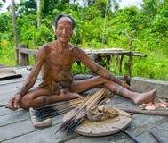 Племя Mentawai человека подготавливает отраву для стрелок для охотиться Стоковое Изображение RF