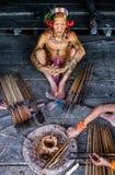 Племя Mentawai человека подготавливает отраву для стрелок для охотиться Стоковые Фотографии RF