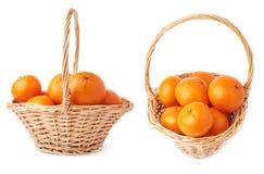 Плетеная корзина вполне множественных зрелых свежих сочных tangerines, состава изолированного над белой предпосылкой Стоковые Изображения