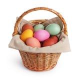 Плетеная корзина вполне пасхальных яя пастельных цветов Стоковое Изображение