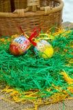 плетеная корзина и 2 покрашенных яичка Стоковые Изображения