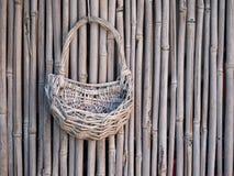 Плетеная корзина на бамбуковой загородке пусто стоковая фотография