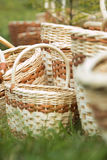 Плетеная корзина на зеленой траве Стоковые Изображения RF